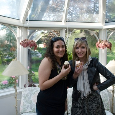 My visit to Jaleh's house (and her sunroom!) in Maryland, late April, 2011. We got square cupcakes.